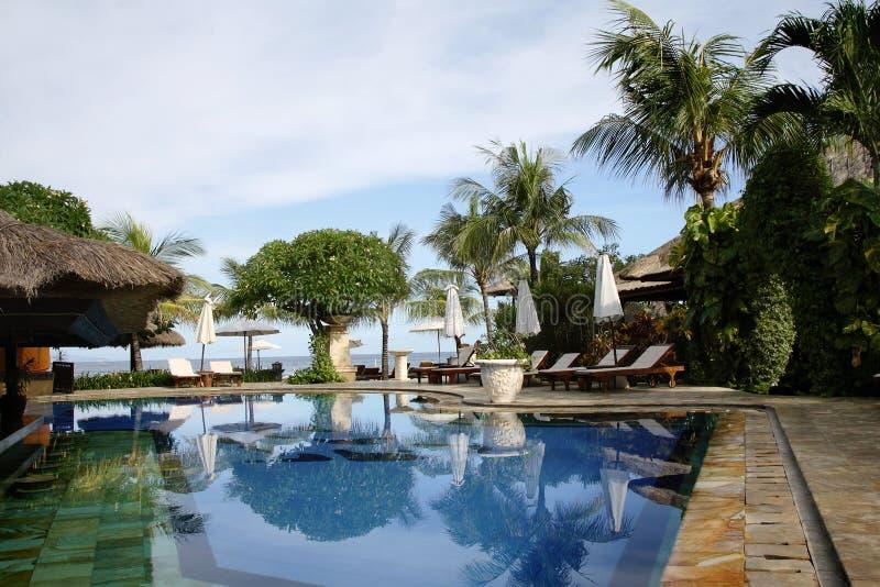 巴厘岛热带旅馆的池 图库摄影