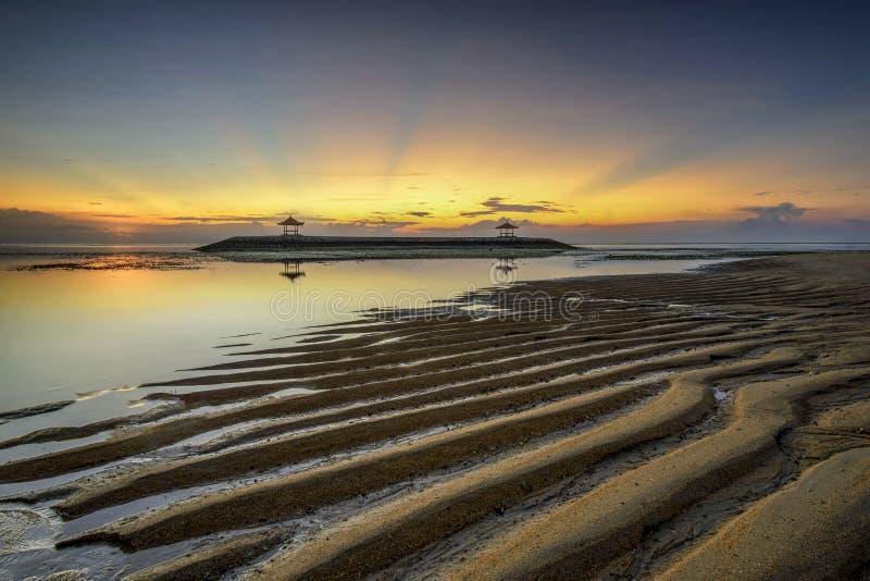 巴厘岛登巴萨沙努尔海滩的日出 免版税图库摄影