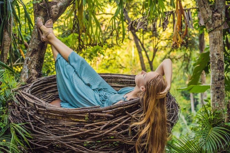 巴厘岛趋向,秸杆巢到处 享受她的旅行的年轻游人在巴厘岛,印度尼西亚附近 做中止在a 图库摄影