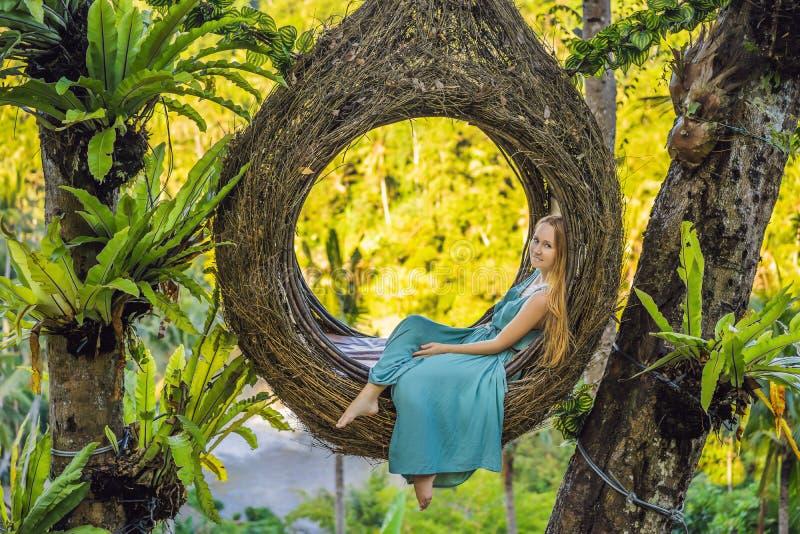 巴厘岛趋向,秸杆巢到处 享受她的旅行的年轻游人在巴厘岛,印度尼西亚附近 做中止在a 免版税库存图片
