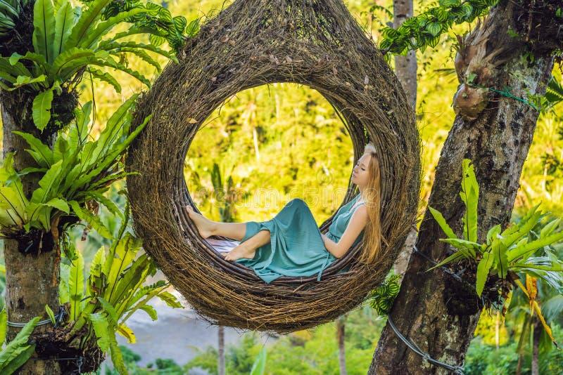 巴厘岛趋向,秸杆巢到处 享受她的旅行的年轻游人在巴厘岛,印度尼西亚附近 做中止在a 库存照片