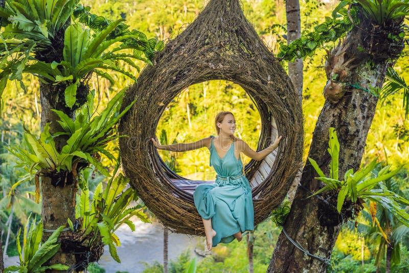 巴厘岛趋向,秸杆巢到处 享受她的旅行的年轻游人在巴厘岛,印度尼西亚附近 做中止在a 免版税库存照片