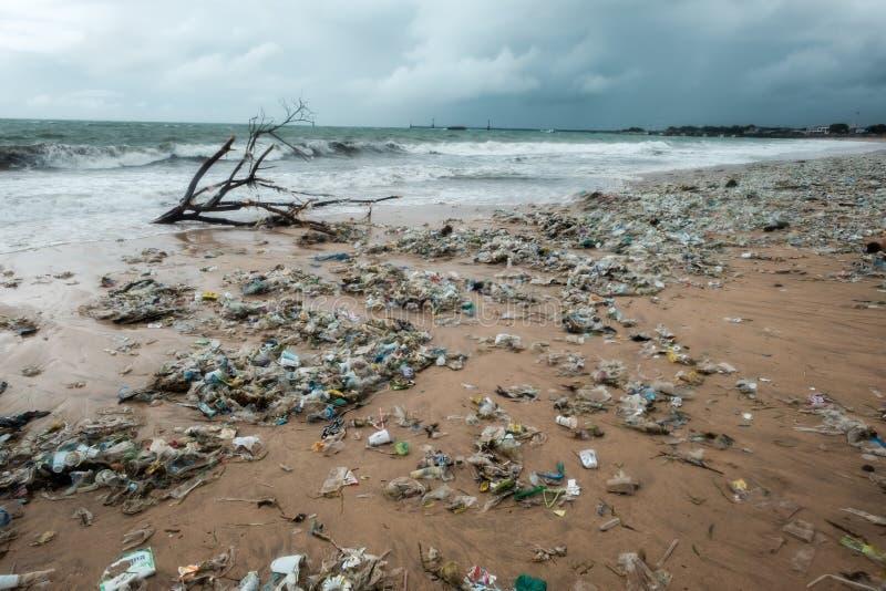 巴厘岛,印度尼西亚- 2017年12月19日:在海滩的垃圾,环境污染在巴厘岛印度尼西亚 免版税库存照片