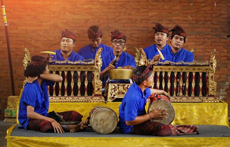 巴厘岛,印度尼西亚- 2018年6月6日:演奏Gamelan传统M的人 库存图片
