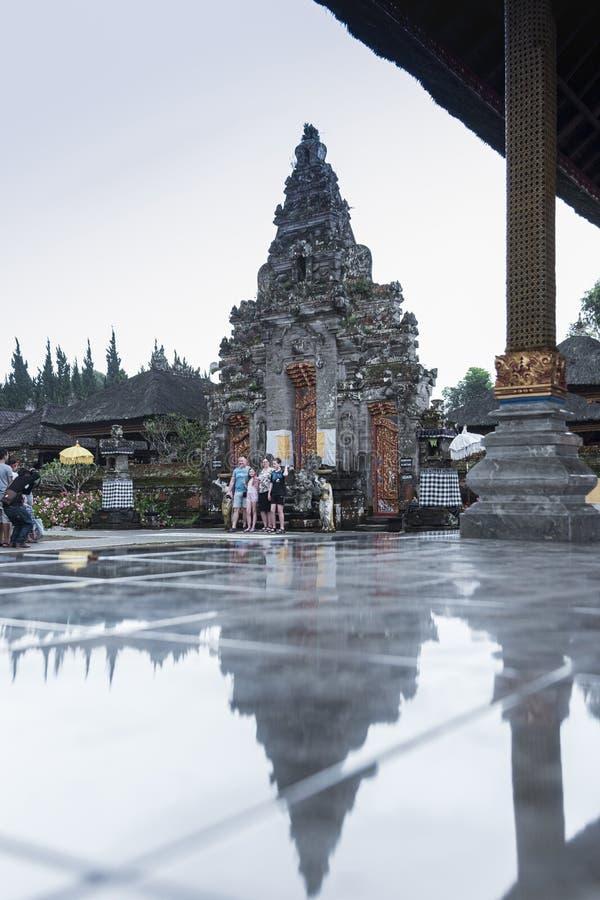巴厘岛,印度尼西亚- 2019年4月11日 - 寺庙门在有反射的普拉Ulun Danu Bratan寺庙在地板上在Bratan湖,是著名的 库存照片