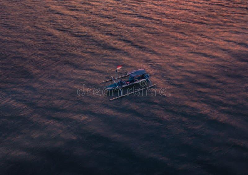 巴厘岛-印度尼西亚2018年1月-小船的渔夫 库存照片
