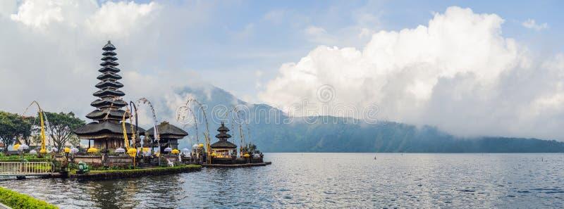 巴厘岛bratan danu pura ulun 在Bratan湖,巴厘岛的花围拢的印度寺庙 主要Shivaite水寺庙 免版税图库摄影