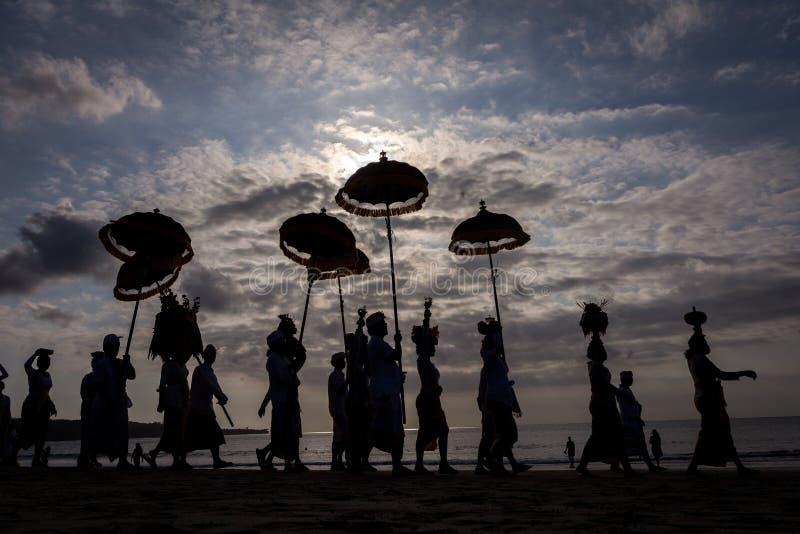 巴厘语人庆祝他们的仪式日间计时在海滩 免版税库存照片