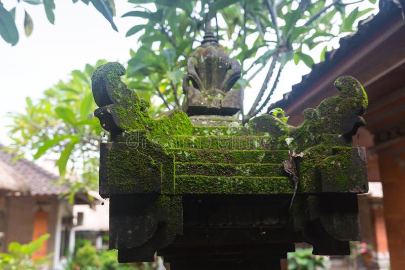巴厘语在用青苔盖的一片热带雨林的邪魔雕象 库存图片