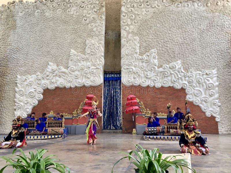 巴厘语在阶段的舞蹈表现在鹰记航空公司Wisnu Kencana GWK的早晨在巴厘岛在印度尼西亚 库存图片