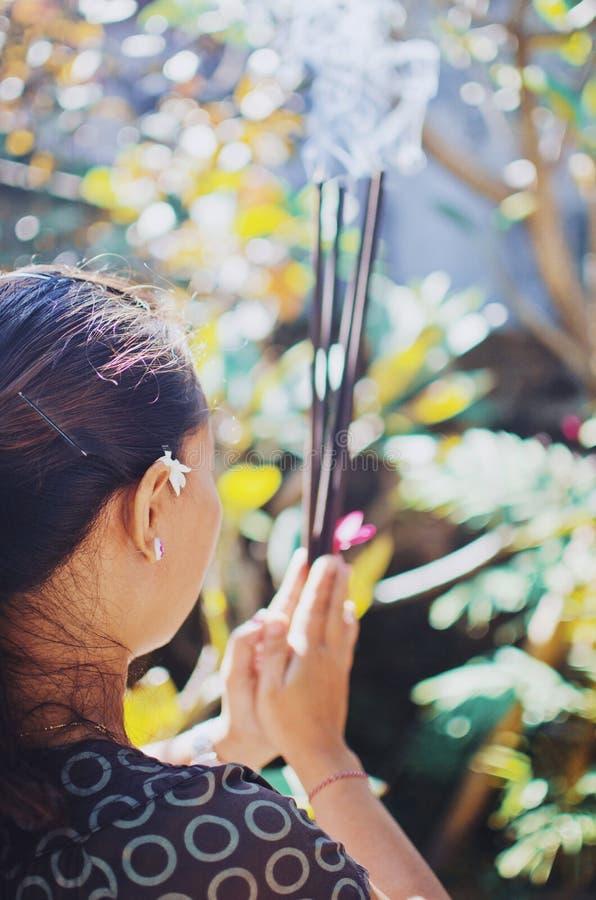 巴厘语妇女祈祷 库存照片