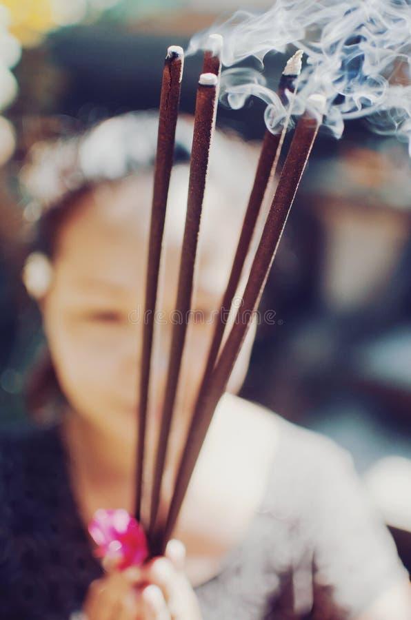 巴厘语妇女祈祷 免版税库存照片
