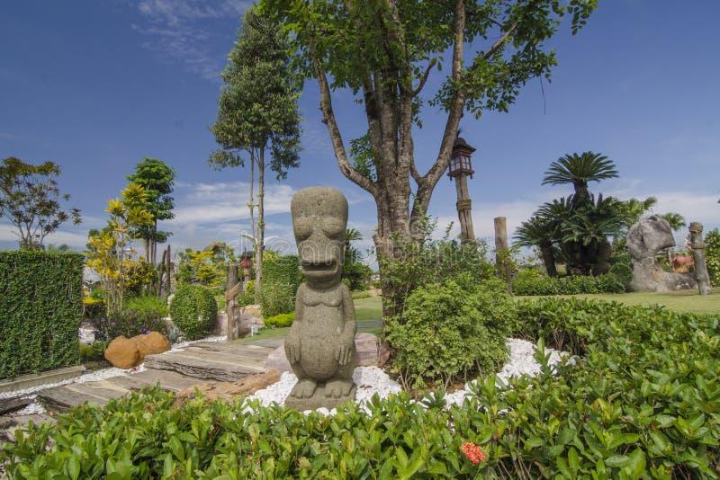巴厘语或暹罗雕象在庭院里 库存照片