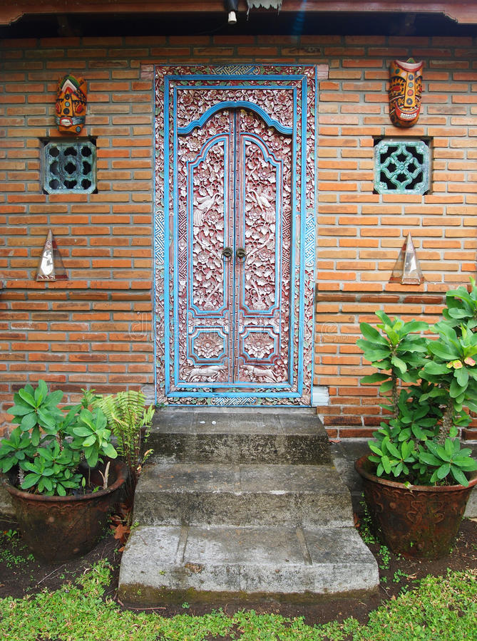 巴厘语雕刻了门木头 库存照片