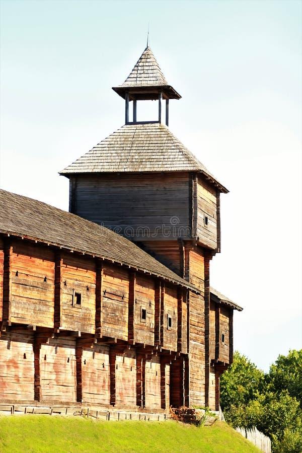 巴图林堡垒,设防建筑学古老木城堡  免版税库存照片