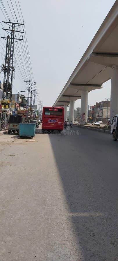 巴基斯坦拉合尔的speedo巴士和橙色火车轨道 图库摄影