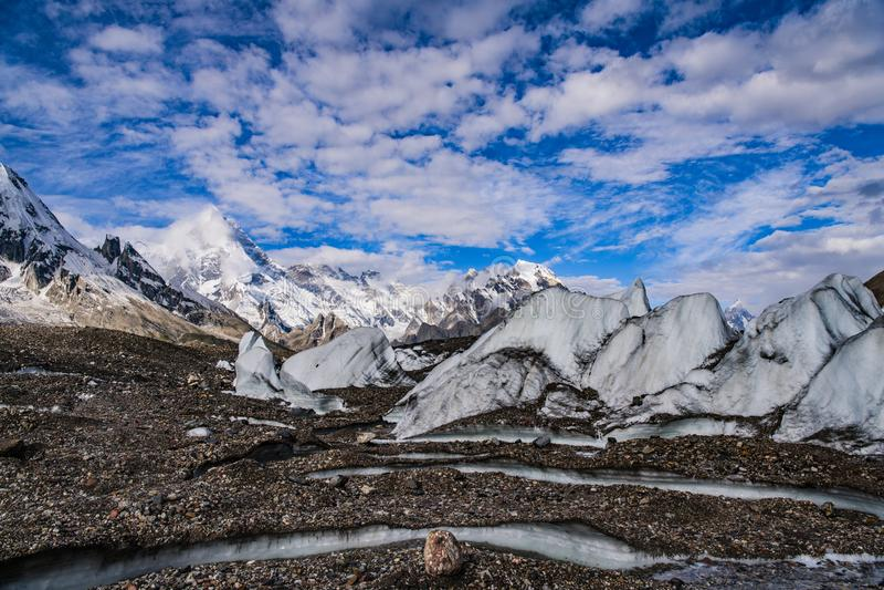 巴基斯坦迁徙的喀喇昆仑山脉K2 免版税库存图片