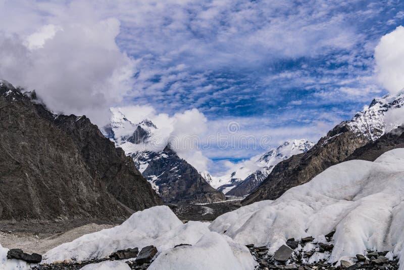 巴基斯坦迁徙的喀喇昆仑山脉K2 库存图片