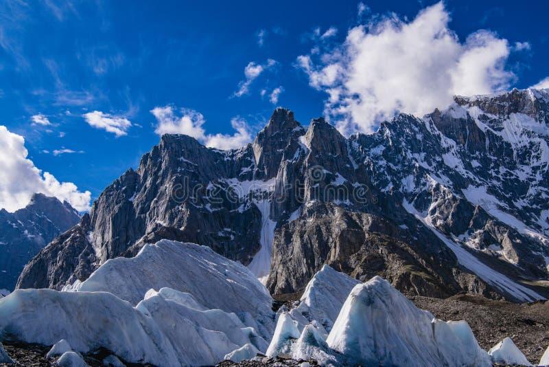 巴基斯坦迁徙的喀喇昆仑山脉K2 库存照片