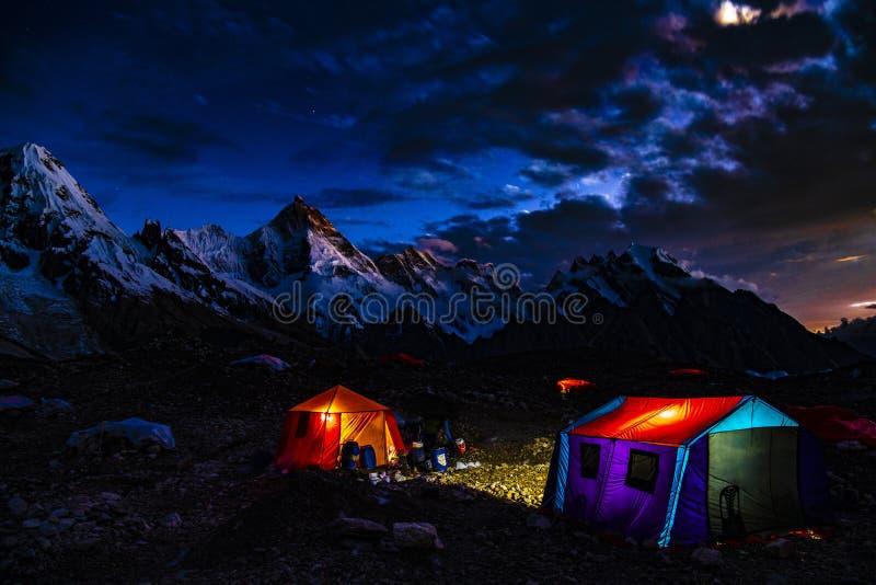 巴基斯坦迁徙Mt玛夏布洛姆峰日落的喀喇昆仑山脉K2 库存图片