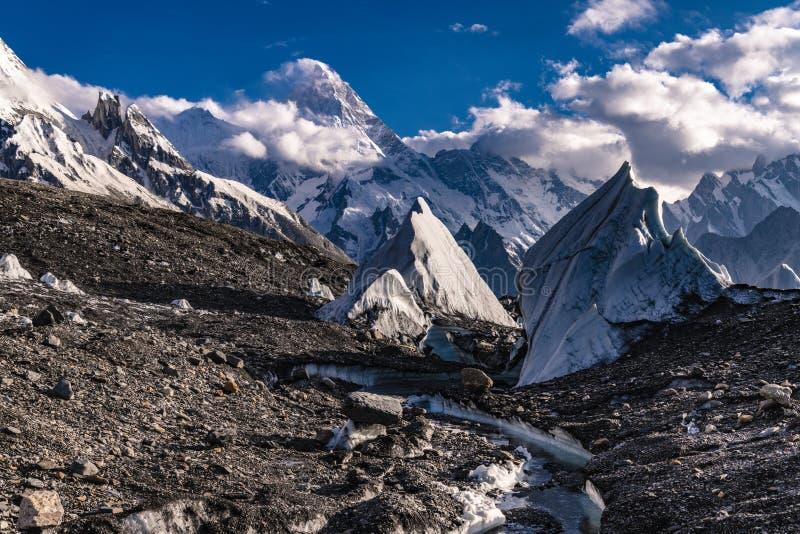 巴基斯坦迁徙Mt玛夏布洛姆峰的喀喇昆仑山脉K2 图库摄影