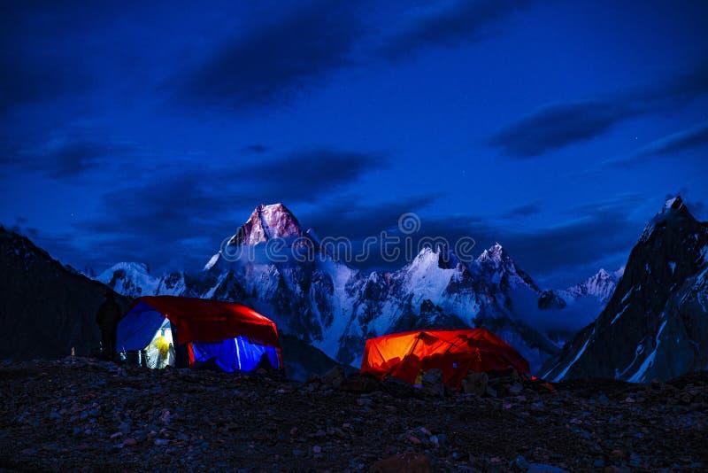 巴基斯坦迁徙Mt迦舒布鲁姆日落的喀喇昆仑山脉K2 库存照片