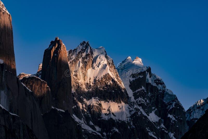 巴基斯坦迁徙Mt Trango日落的喀喇昆仑山脉K2 库存图片