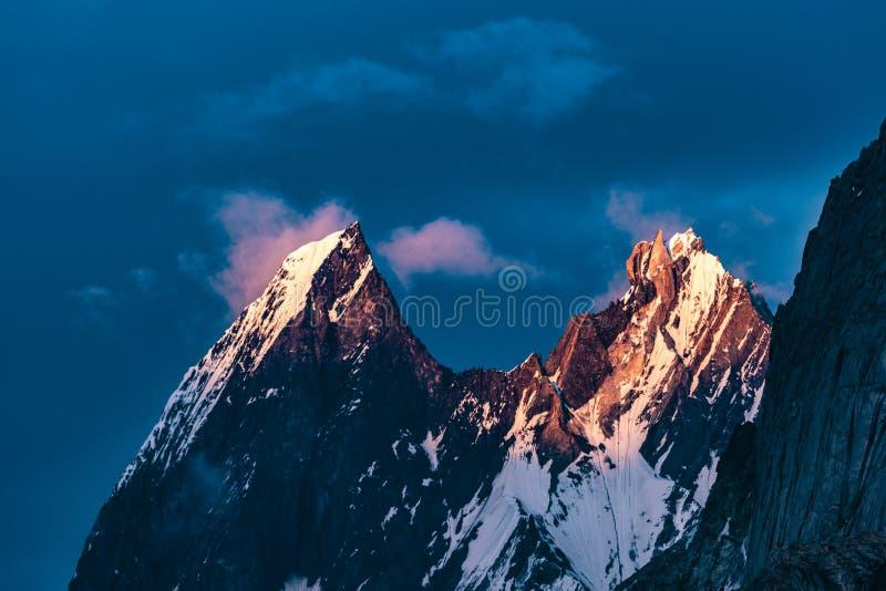 巴基斯坦迁徙Mt Trango日落的喀喇昆仑山脉K2 免版税库存照片