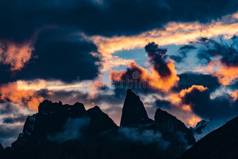 巴基斯坦迁徙Mt Trango日落的喀喇昆仑山脉K2 免版税库存图片