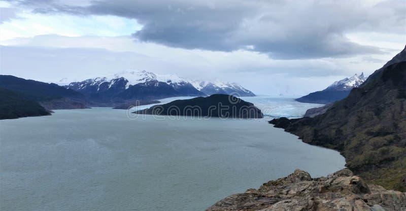 巴塔哥尼亚峰顶看法从冰川湖的 免版税库存照片
