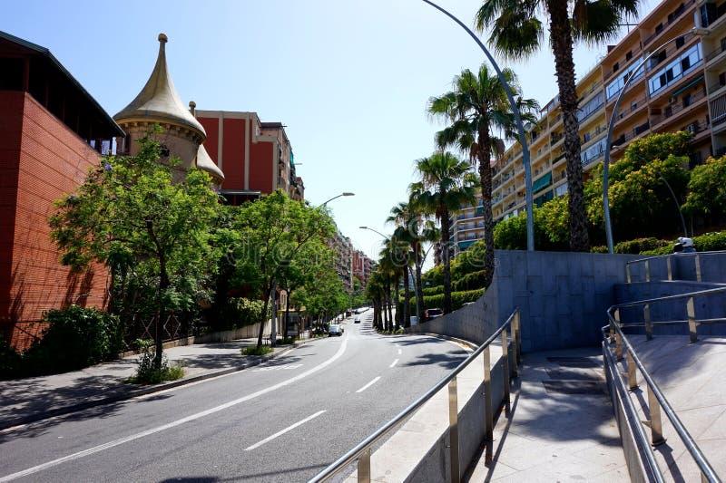 巴塞罗那一条典型的城市街道,当汽车旅行沿它 免版税库存图片