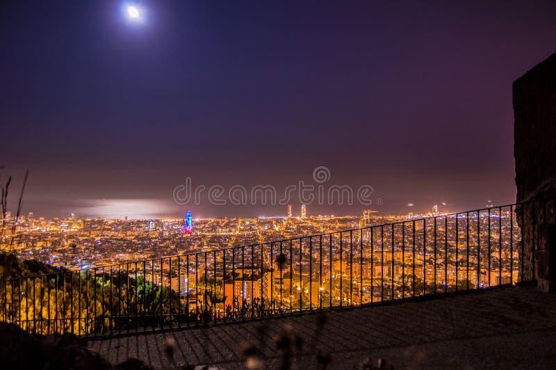 巴塞罗那地平线全景在从Turo Rovira,加泰罗尼亚,西班牙的晚上 库存照片