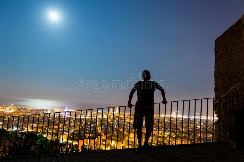 巴塞罗那地平线全景在从Turo Rovira,加泰罗尼亚,西班牙的晚上 免版税库存照片