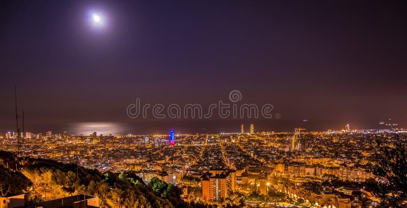 巴塞罗那地平线全景在从Turo Rovira,加泰罗尼亚,西班牙的晚上 免版税库存图片