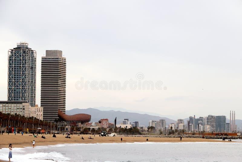巴塞罗那地平线有海、海滩和现代大厦的 免版税库存照片