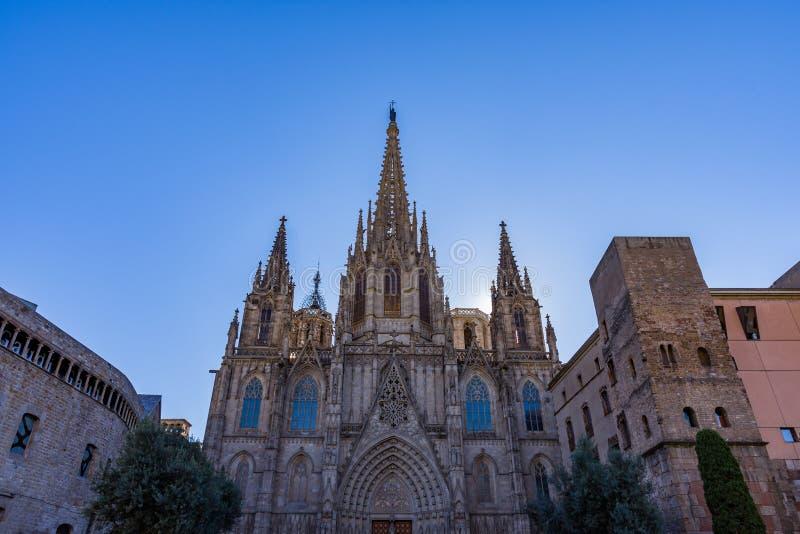 巴塞罗那大教堂,主要门面的细节在典型的哥特式样式的与石带状装饰和面貌古怪的人 Barri戈蒂奇, 免版税图库摄影