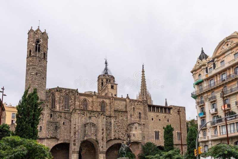 巴塞罗那大教堂,旁边门面的细节在典型的哥特式样式的,与在更低的边的一个骑马雕象 库存图片