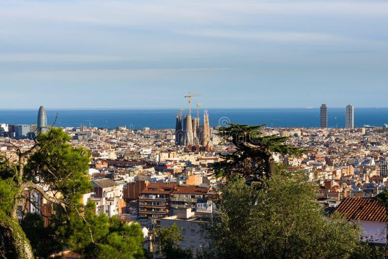巴塞罗那屋顶的看法从Parc Guell大阳台的 边和海的拉萨格拉达Familia背景的 巴塞罗那 库存照片