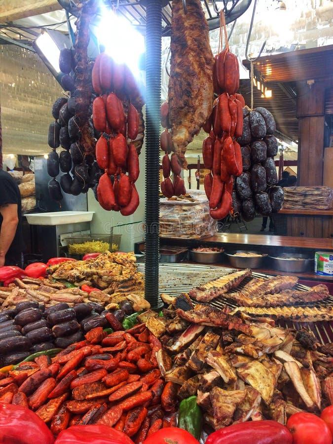 巴塞罗那,西班牙, 2018年5月:Тrade盘子用肉菜饭各种各样的食物肉香肠,猪肉在烹饪节日的菜食物 免版税库存照片