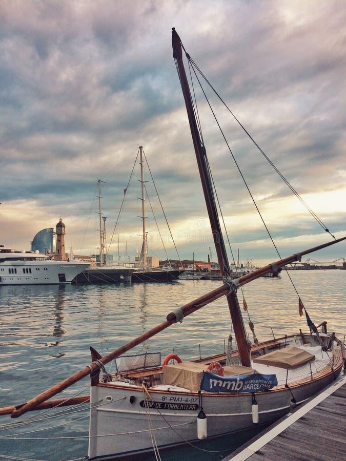 巴塞罗那,西班牙, 2018年4月:在巴塞罗那海湾的葡萄酒传统地中海帆船  免版税图库摄影