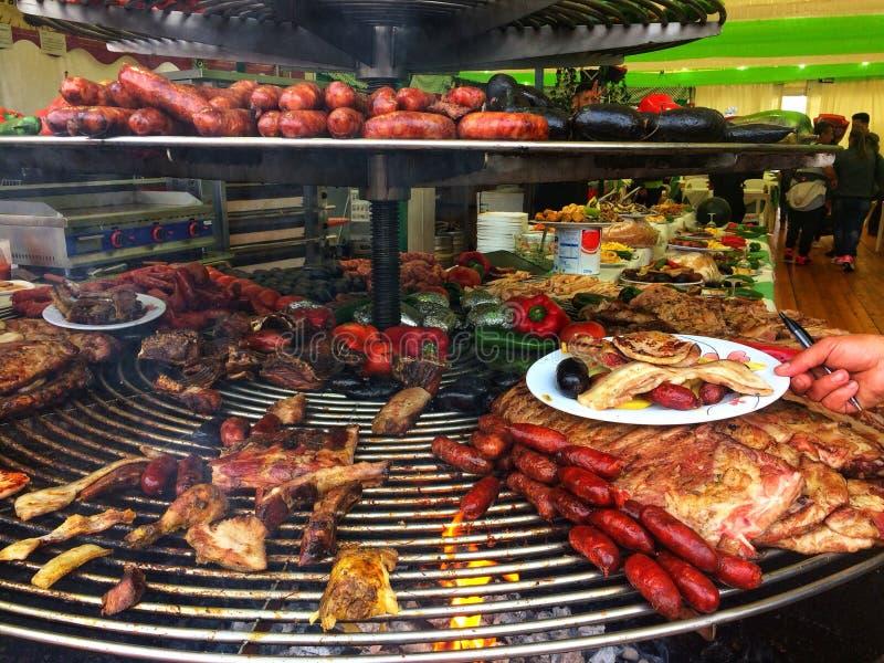 巴塞罗那,西班牙, 2018年5月:盘子用食物肉香肠、猪肉和菜食物在烹饪节日 免版税库存图片