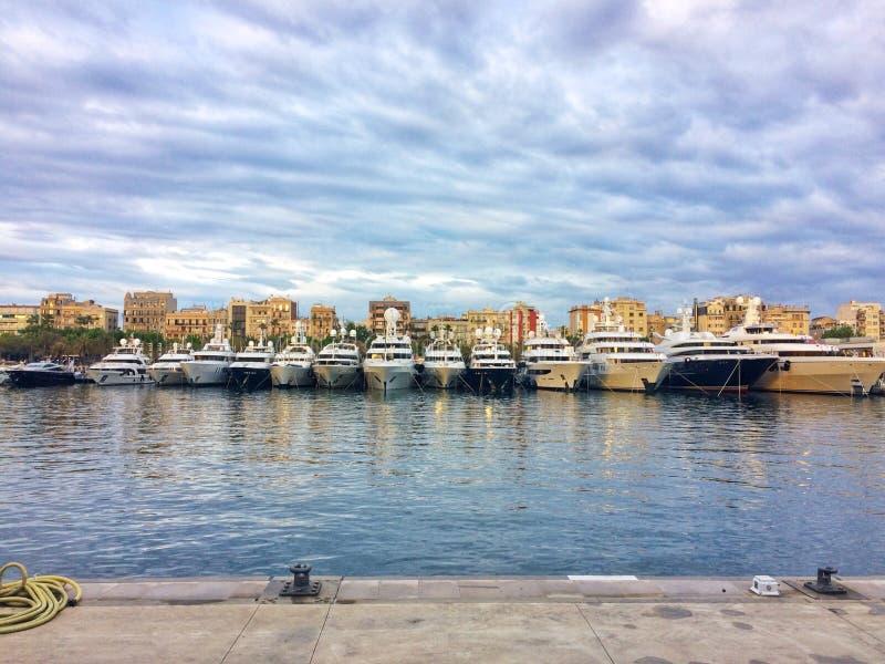 巴塞罗那,西班牙, 2018年5月:超级游艇股票在巴塞罗那港口  免版税库存图片