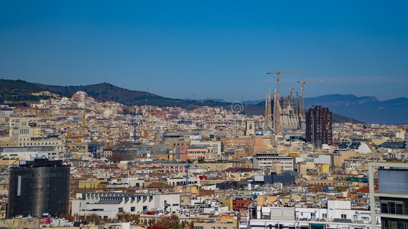 巴塞罗那,西班牙-大约2019年:巴塞罗那全景从Montjuic小山的 往视图的空中巴塞罗那市山地平线tibidabo Sagrada Familia徒升 库存图片