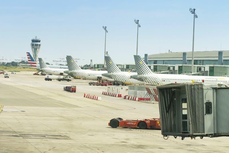 巴塞罗那,西班牙-威严21日2018年:航空器Vueling在巴塞罗那立场的El Prat机场连续在离开门户 免版税库存图片