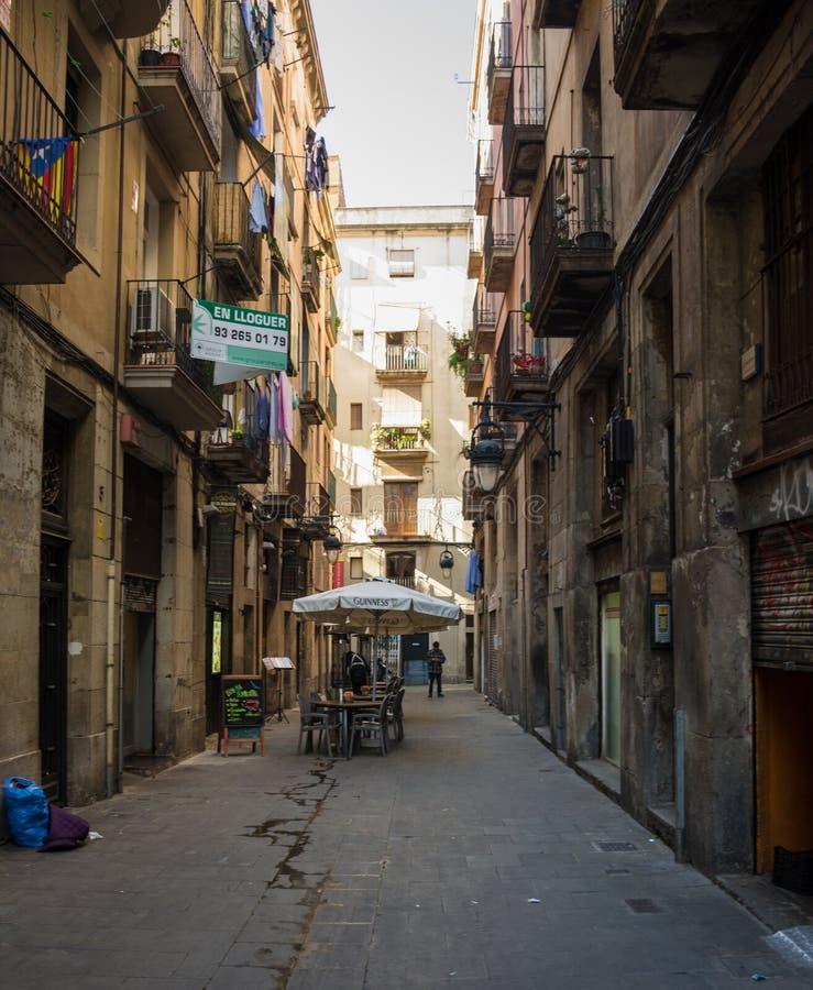 巴塞罗那,西班牙- 2019å¹´2月,22:在典型的小街道上的看法在街市巴塞罗那,西班牙 免版税库存照片