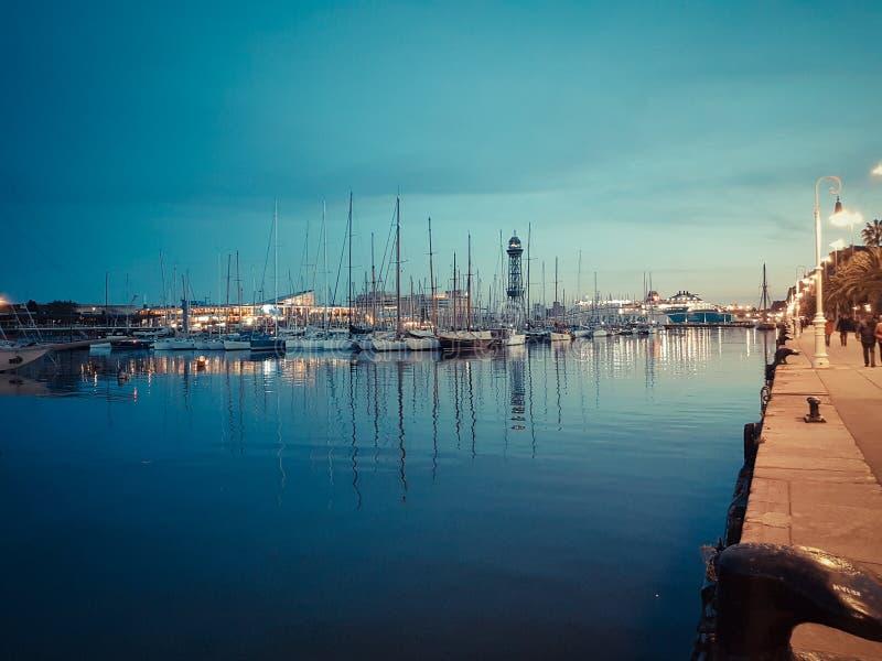 巴塞罗那,西班牙- 2017年3月27日:口岸Vell堤防全景 走在散步和敬佩游艇的步行者 库存图片
