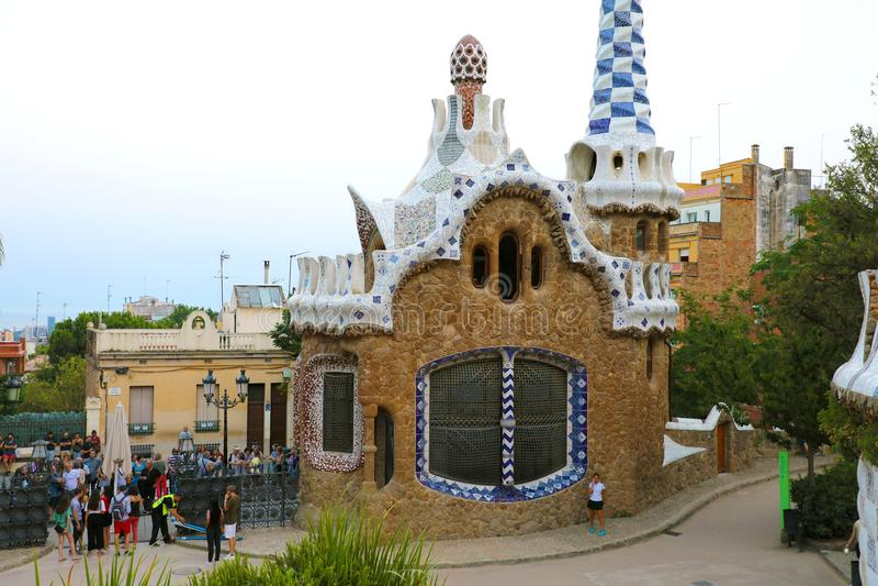 巴塞罗那,西班牙- 2018年7月13日:在公园GÃ ¼侧房入口的大厦由建筑师安东尼GaudÃ,巴塞罗那,西班牙设计了 免版税库存照片