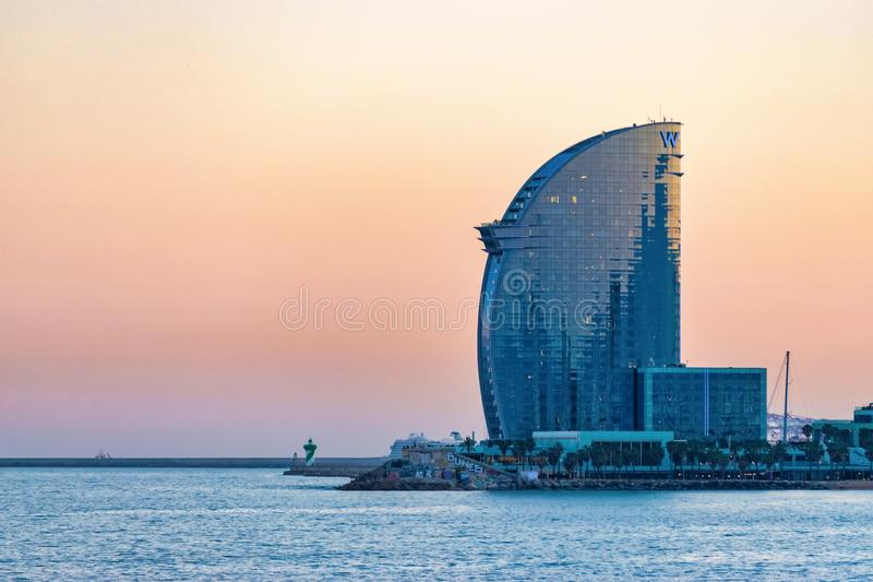 巴塞罗那,西班牙- 2019年3月15日:巴塞洛内塔海滩和W旅馆看法在巴塞罗那,西班牙 免版税库存图片