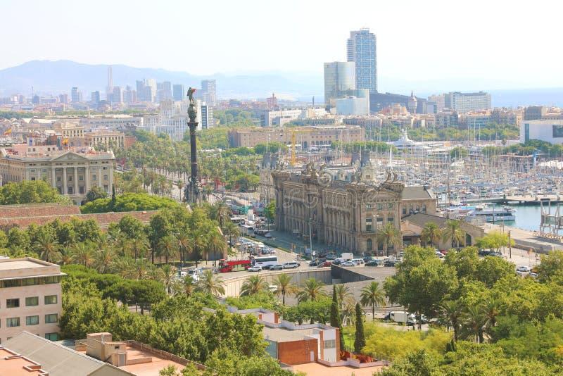 巴塞罗那,西班牙- 2018年7月12日:巴塞罗那全景有门de la波城广场、口岸Vell小游艇船坞和哥伦布纪念碑的 库存图片
