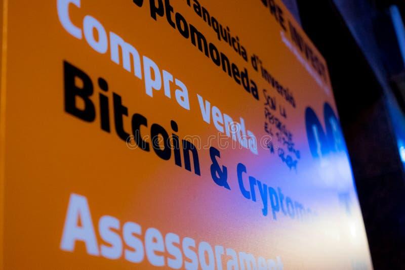 巴塞罗那,西班牙2019年1月02日:接近bitcon cryptocurrency机构标志在晚上用西班牙语 免版税图库摄影